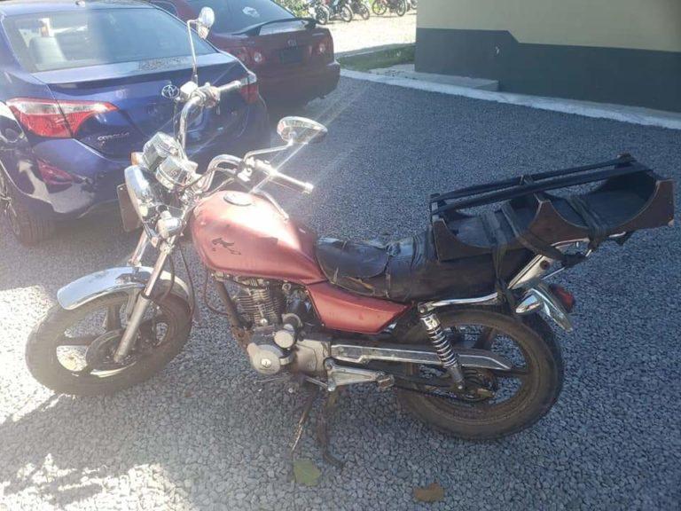 Un repartidor de agua pura,fue detenido manejar moto robada.