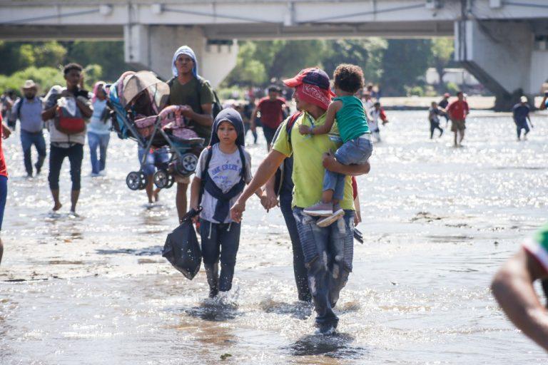 Caravana de migrantes cruzan por el rio Suchiate