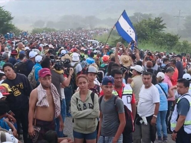 Intentan detener caravana de migrantes.
